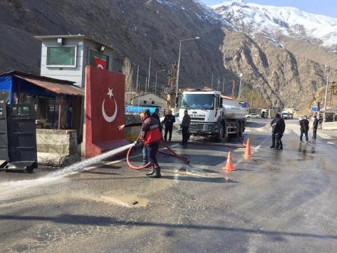 Hakkaride polis kontrol noktaları dezenfekte edildi