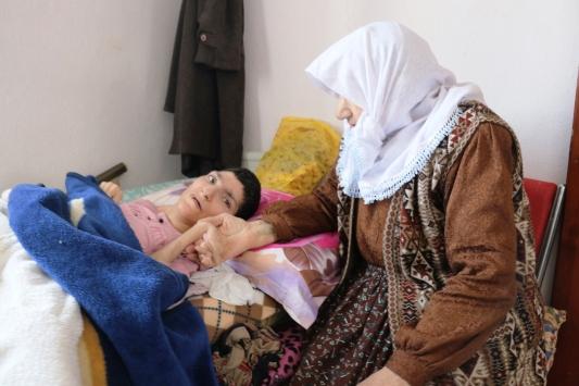 Yatağa bağımlı engelli kızına 40 yıldır gözü gibi bakıyor