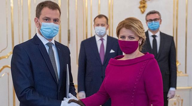 Slovakyada devir teslim töreninde koronavirüs önlemi