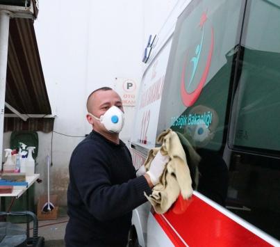 Boluda oto yıkamacı sağlık çalışanlarına destek için ambulansları ücretsiz yıkıyor