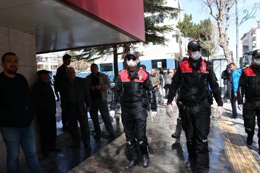Kırşehir, Kayseri ve Niğdede sokağa çıkan yaşlılar ekiplerce uyarılarak evlerine gönderildi