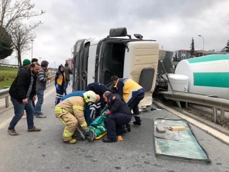 Maltepede devrilen beton mikserinin sürücüsü yaralandı