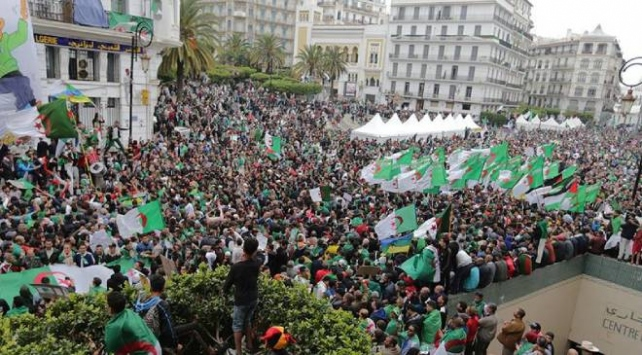 Cezayirde protestoları koronavirüs durdurdu