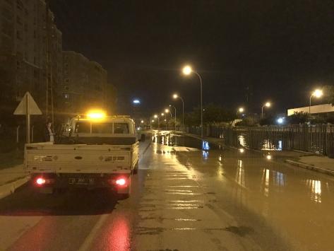 Adanada içme suyu borusu patlayınca yolda göçük oluştu