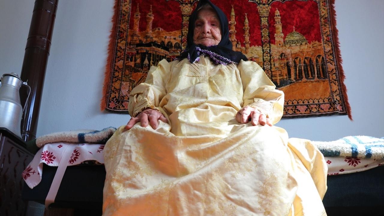 Burdurlu Şevkiye ninenin annesinin sarı gelinliği çocuklara ilham verecek