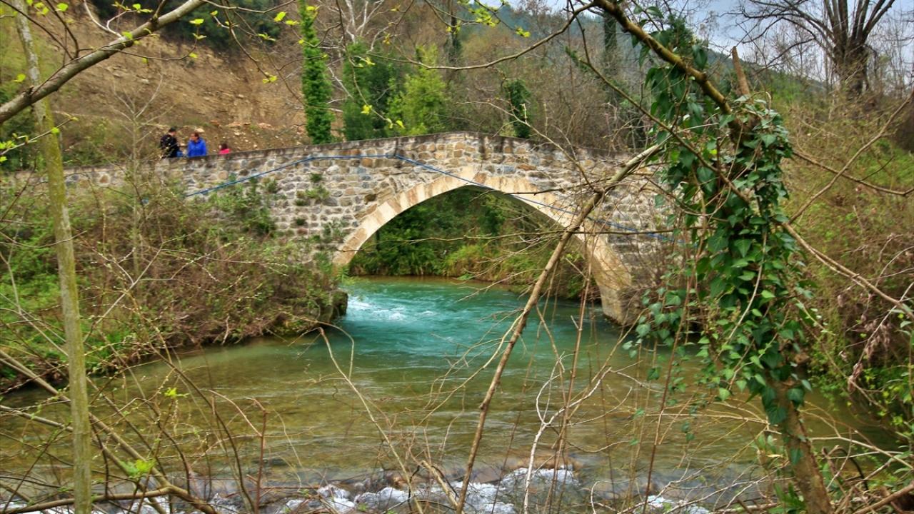 Tarihi Taş Köprü ilkbaharda bir başka güzel