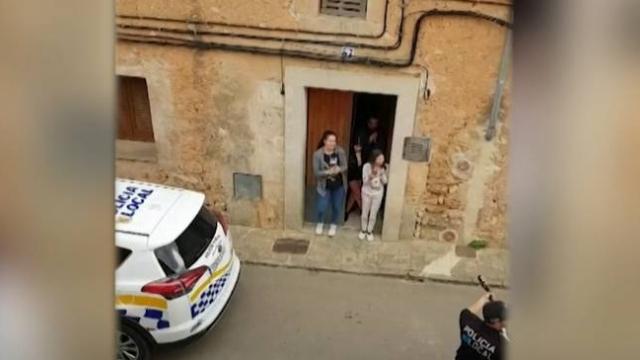 İspanya polisi Mallorca'da karantinadaki ailelere şarkı söyledi