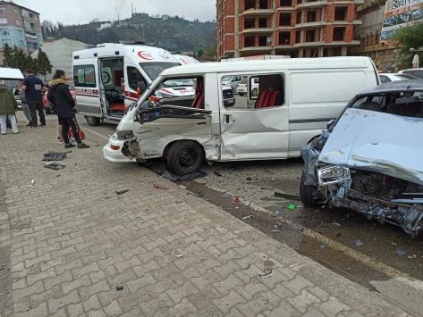 Rizede otomobil ile kamyonet çarpıştı: 8 yaralı