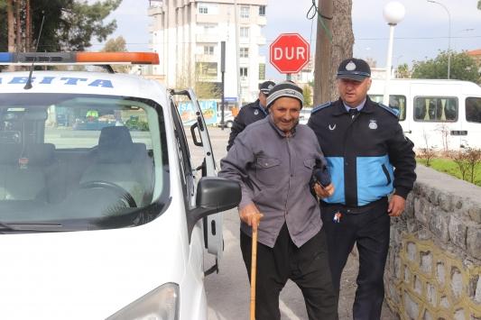 Osmaniyede 68 yaşındaki vatandaş, maaşını çekmeye zabıta aracıyla götürüldü
