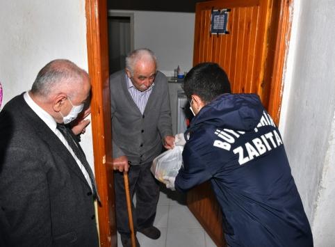 Trabzonda 65 yaş ve üstü ile ihtiyaç sahiplerinin evlerine yemek dağıtılıyor