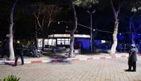 Kapalı olan kafeteryaya giden 2 kişi, kendilerini uyaran görevliyi bıçakladı
