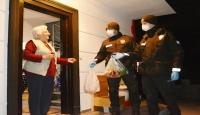 Balıkesir'de yaşlı kadının alışverişini bekçiler yaptı
