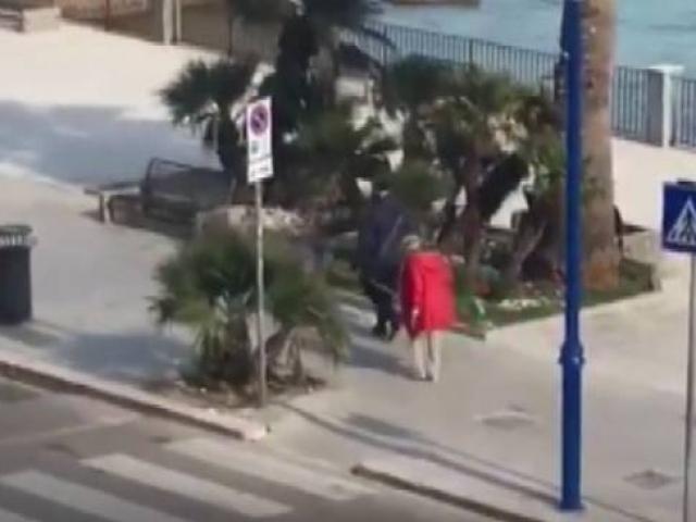 İtalyada yaşlı çift bir metre mesafe kuralını iple korudu