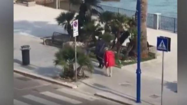İtalya'da yaşlı çift bir metre mesafe kuralını iple korudu