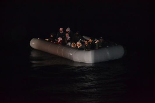 İzmirde lastik botta sürüklenen 24 sığınmacı kurtarıldı