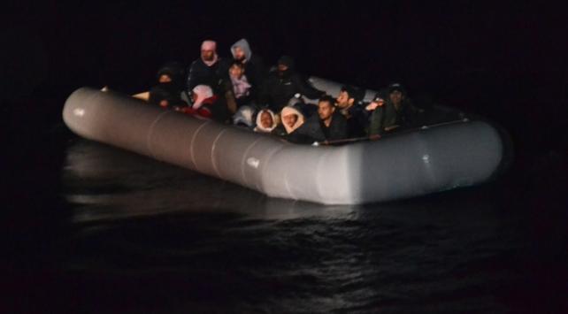 İzmir açıklarında sürüklenen 24 sığınmacı kurtarıldı