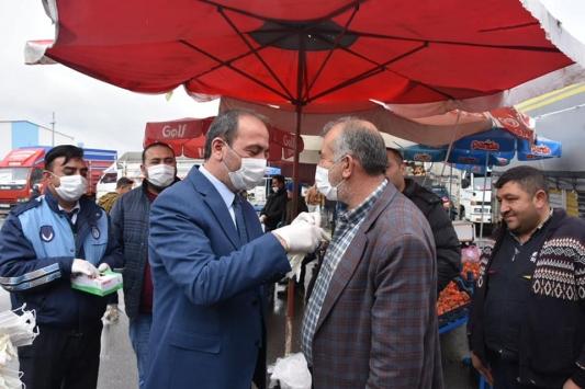 Tomarza Belediyesi esnafa eldiven ve maske dağıttı