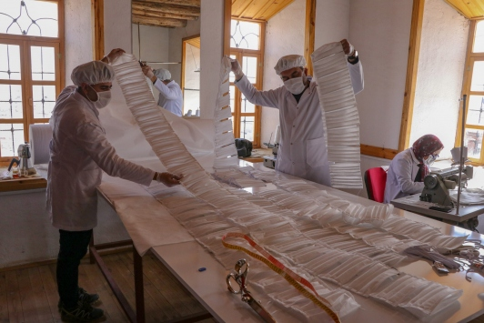 Maske fırsatçılarına karşı gönüllü olup üretime başladılar
