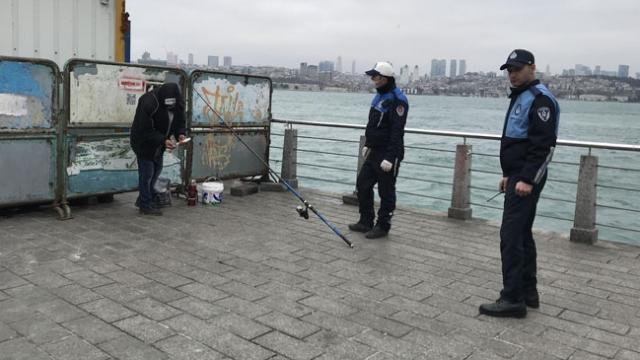Üsküdar'da bariyerlerin arkasında balık tutarken yakalandı