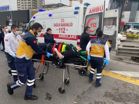 Kadıköyde 3 aracın karıştığı trafik kazasında 1 kişi yaralandı