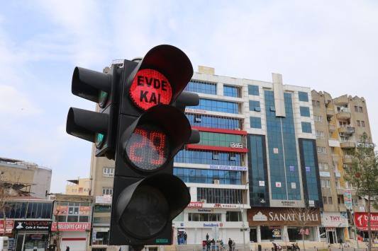 """Batmanda trafik levhalarıyla """"evde kal"""" uyarısı yapılıyor"""