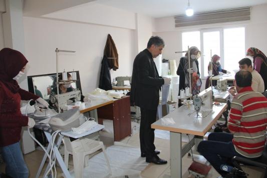 Hataylı gönüllülerden asker ve sağlık çalışanları için maske üretimi