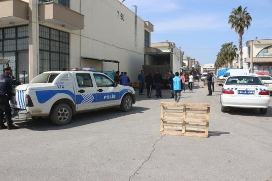 Adanada, kamyonun kapağındaki asansöre kafası sıkışan şoför öldü