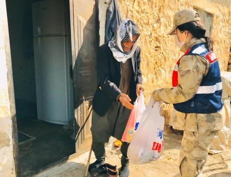 Mardinde yaşlı çiftin ihtiyaçlarını jandarma karşıladı