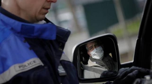 Fransada polisler de maske yetersizliğine tepki gösterdi