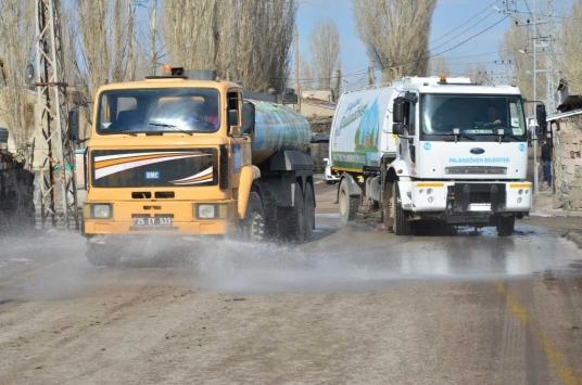 Erzurumda belediye ekipleri konutları da dezenfekte etmeye başladı