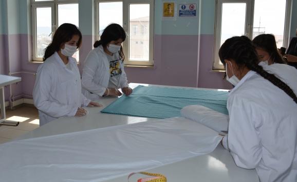Şırnakta öğrenciler maske üretimine başladı