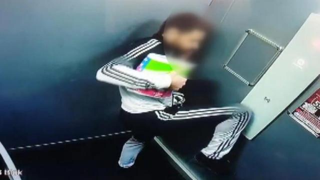 Asansör düğmesine ayağıyla basan kişi tepki çekti
