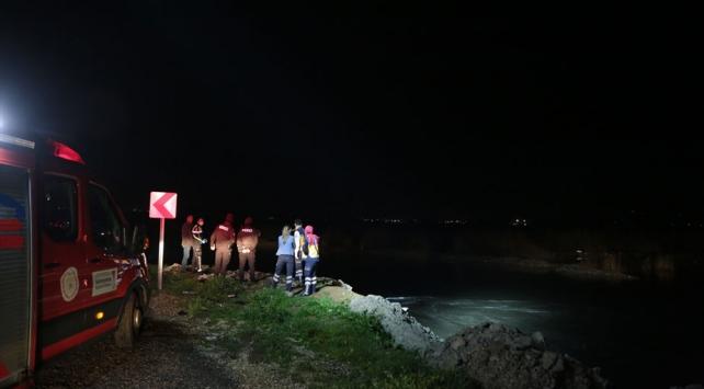 Uyuşturucu zanlılarının otomobili nehre düştü