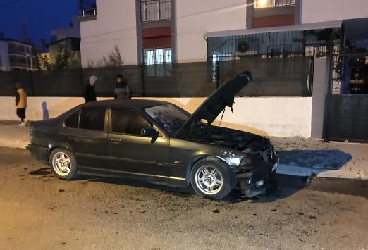 Adanada kundaklanan otomobilde hasar oluştu