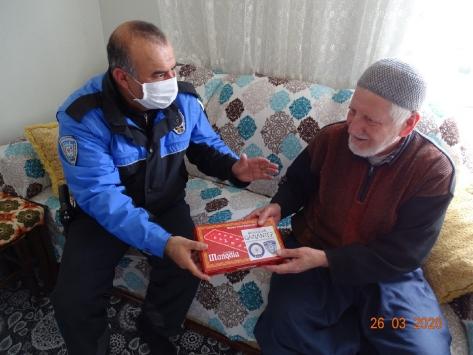 Gaziantepte polisler yaşlılara mangala oyunu hediye etti