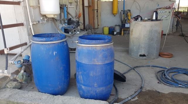 Adanada çiftlik evine baskın: 665 litre sahte içki ele geçirildi