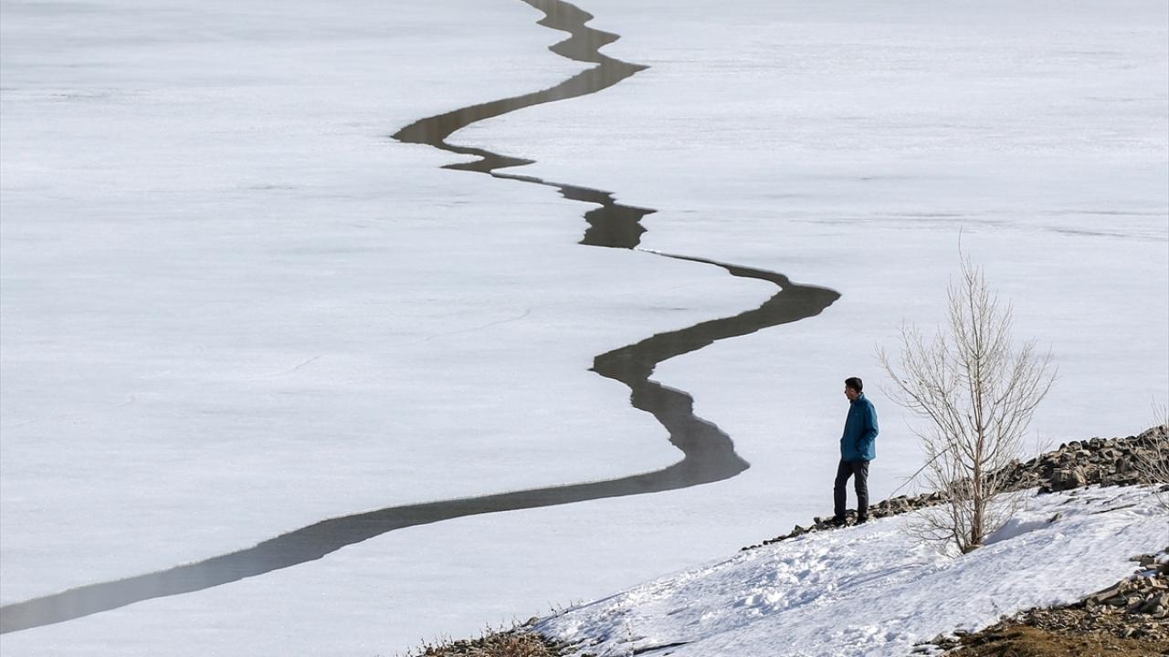 Zernek Barajının buzları çözülüyor