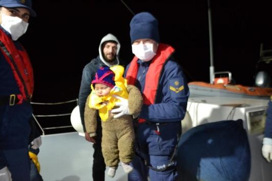 Kuşadasında botları su alan 24 sığınmacı kurtarıldı