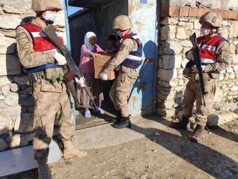 Jandarma, köylerde de vatandaşın yüzünü güldürüyor