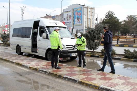Vanda koronavirüs tedbirlerine uymayan 30 sürücüye ceza kesildi