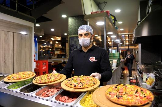 Koronavirüse karşı fedakarca çalışan sağlık personeline moral için pizza ikramı