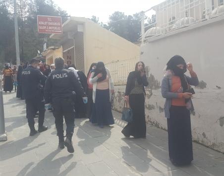 Silopide polisten koronavürise karşı sosyal mesafenin korunması uyarısı