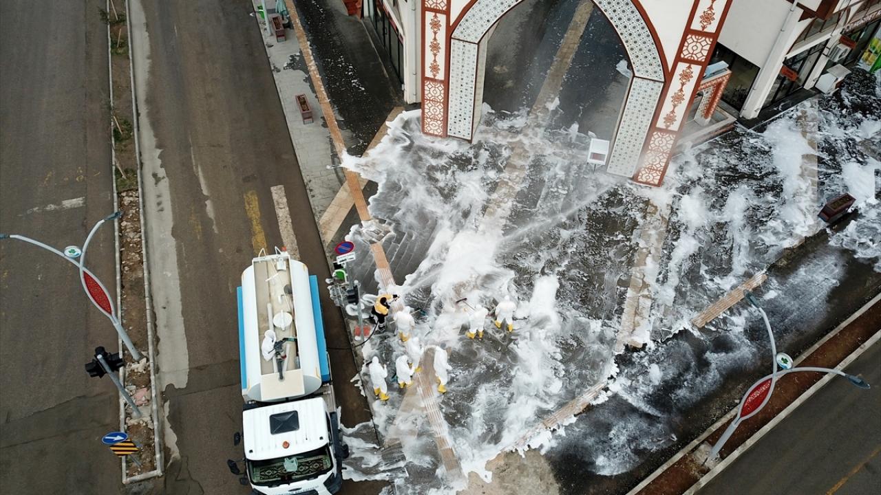Gürpınar sokakları deterjanlı suyla yıkandı