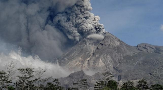 Merapi Yanardağında bir günde 3 patlama