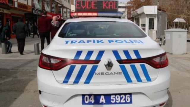 Ağrı'da 'Evde kal' yazısı polis arabalarında