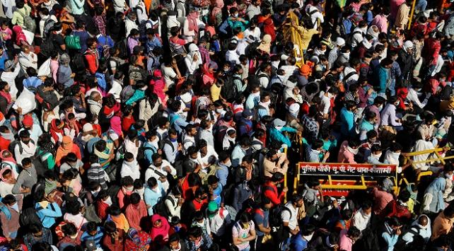 Yeni Delhide çalışan binlerce kişi köyüne dönüyor