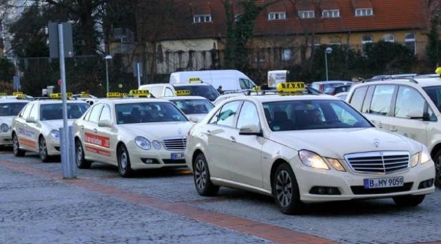 Almanyada taksiciler isyanda: Müşteriler para yerine tuvalet kağıdı veriyor