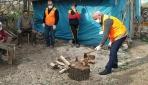 Vefa ekibi vatandaşların odunlarını da kırıyor