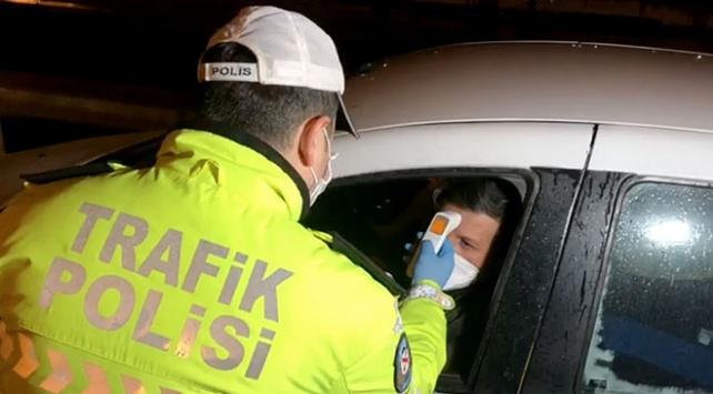 İstanbulun giriş ve çıkışlarında sürücülerin ateşi ölçülüyor