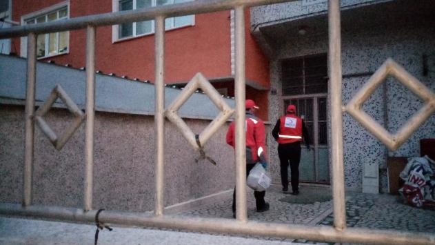 Bursa Türk Kızılayı evlerinde kalan vatandaşların ihtiyaçlarını gideriyor